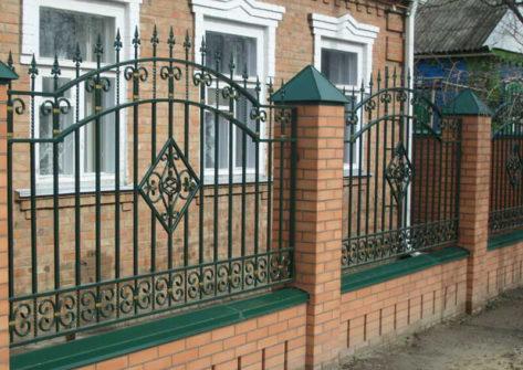 кирпичный забор с ковкой в Ставрополе